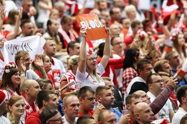 Reprezentacja Polski w godzinę i 11 minut rozprawiła się z Czechami, wygrywając 3:0. Biało-Czerwonych kolejny raz w hali Ahoy w Rotterdamie wspierało wielu Polaków. Zobacz zdjęcia naszych kibiców!