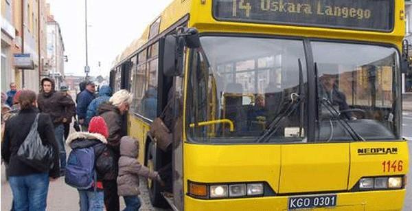 Kierowca autobusu MZK przytrzasnął pasażerkę. Zamknął drzwi, bo było mu zimno