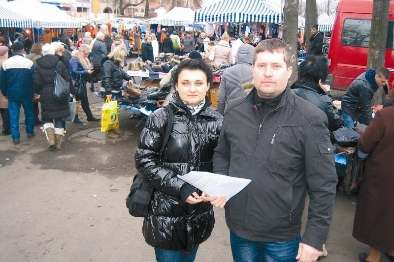 """Małgorzata i Andrzej Porębscy, administratorzy terenu, na którym dwa razy w tygodniu ma miejsce tzw. """"chiński bazar"""", twierdzą że każde miejsce ma swojego klienta, a uchwała radnych pozbawi handlujących pracy."""