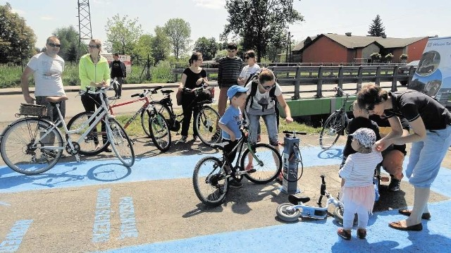 Rowerzyści mają stację obsługi rowerów. Wkrótce obok niej zostaną zamontowane stojaki na rowery.