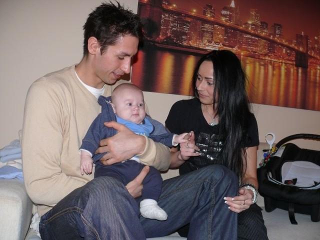 Mateusz Zaremba z narzeczoną Dorotą, z którą jest już sześć lat, oraz z synkiem Karolem.