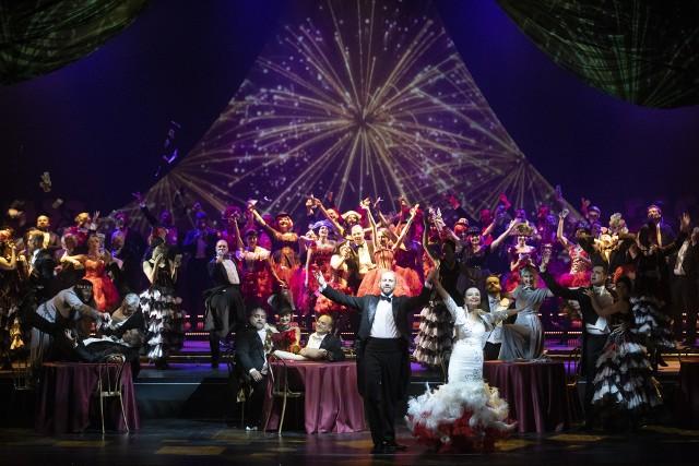 """Widowiskowa premiera """"Wesołej wdówki"""" w podlaskiej operze spotkała się z niezwykle entuzjastycznym przyjęciem."""