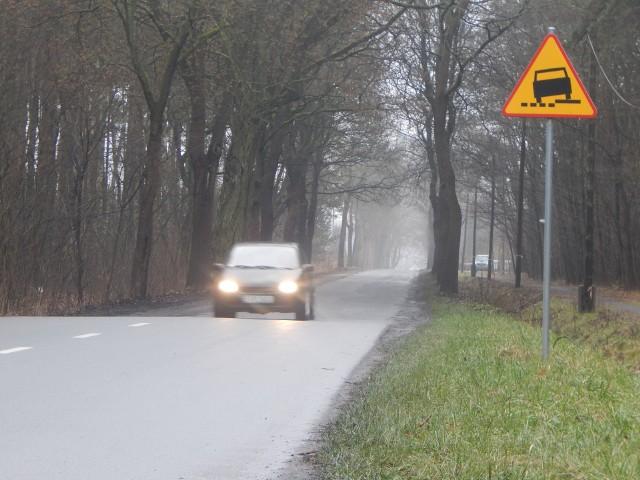 Miejsce, w którym kończy się wyremontowana droga, a zaczyna stary odcinek w kierunku miejscowości Bytnica