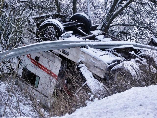 """Samochód ciężarowy zjechał z drogi w rejonie  Ślesina i zsunął się ze skarpy wczoraj po południu. Zdjęcie otrzymaliśmy dzięki życzliwości """"Kuriera Nakielskiego"""""""