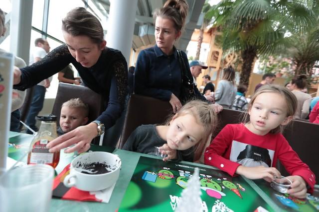 Na warsztatachZgranej Rodziny wszyscy świetnie się bawili! Zarówno mali, jaki i dorośli.Podczas spotkania można było tworzyć świąteczne kartki, oryginalne ozdoby na choinkę i udekorować świąteczne pierniczki. Oczywiście nie były to jedyne atrakcje tych warsztatów. Zobaczcie, jak wyglądała świąteczna zabawa w Palmiarni.WIDEO: LICZ SIĘ ZE ŚWIĘTAMI odc.1 MIKOŁAJ DO WYNAJĘCIA