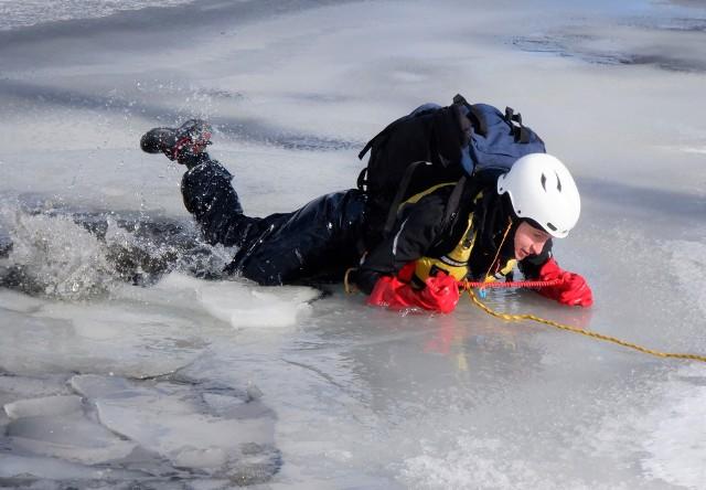 Na lód nie powinna wchodzić nieprzygotowana osoba. Podstawa bezpieczeństwa to zapewniający pływalność plecak, kolce lodowe, lina asekuracyjna