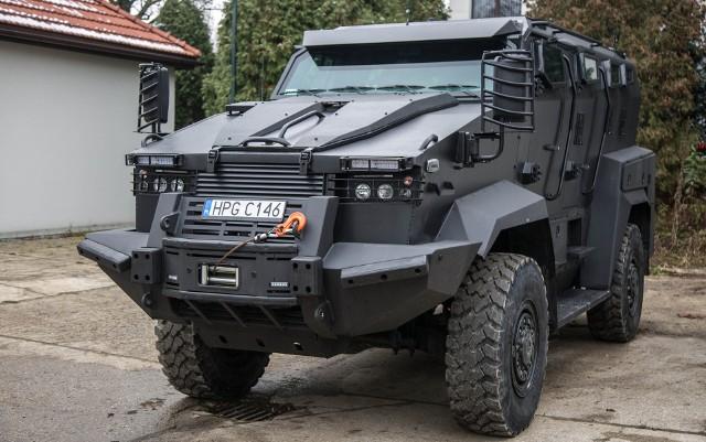 Nowy samochód na stanie policji, odporny na wybuchy
