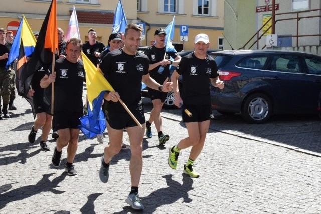 W czwartek żołnierze przekazali symbolicznie pałeczkę sztafety Staroście Nowosolskiemu Iwonie Brzozowskiej, która przywitała uczestników biegu na dziedzińcu starostwa