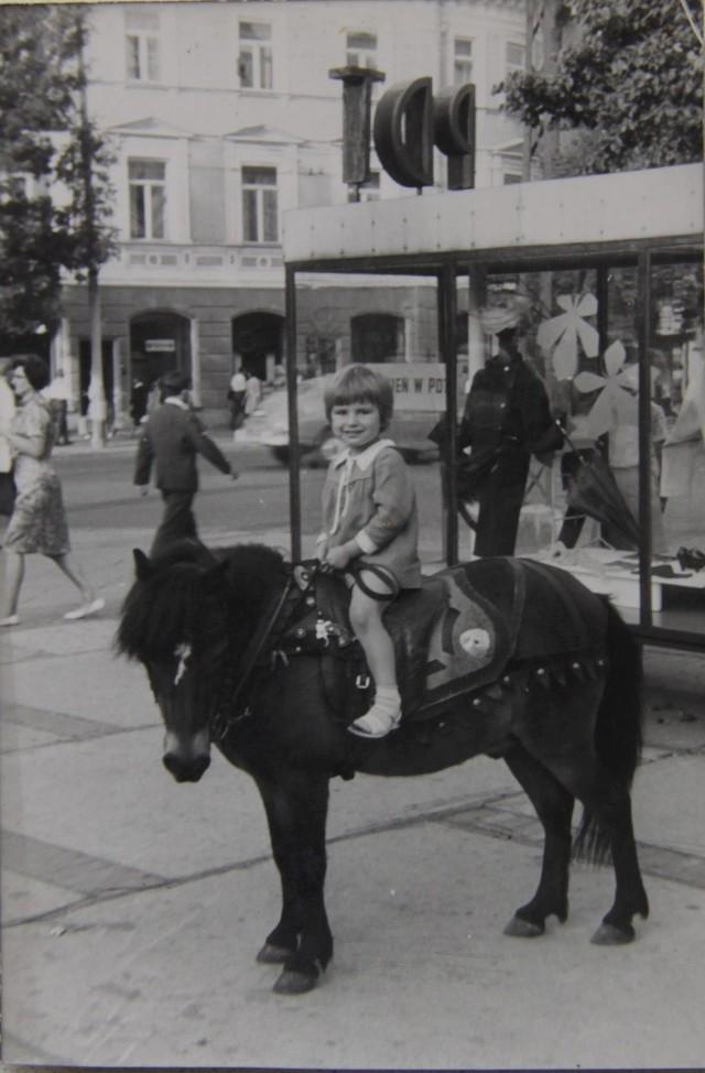 Zdjęcie Czytelniczki z 1968 roku, w tle zlikwidowana witryna