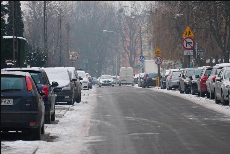 Chodniki po obu stronach Swobody są zastawione samochodami