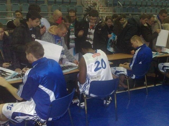 Po spotkaniu koszykarze składali swoje autografy na specjalnych plakatach, które dla fanów przygotował i rozdał włocławski klub