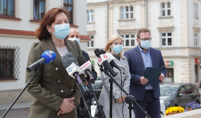 Ewa Leniart proponuje wsparcie psychologiczne dla młodzieży w okresie pandemii - konferencja na rzeszowskim Rynku.