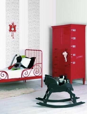 Renowacja stalowego łóżkaPomalowane na czerwono stare, metalowe łóżko będzie stanowić genialną dekorację w sypialni w stylu industrialnym.