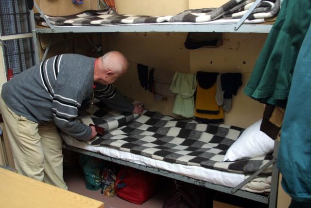 W przegęszczonym Zakładzie Karnym w Stargardzie Szczecińskim trzeba było powstawiać do cel piętrowe łóżka. To co prawda niezgodne z przepisami, ale zawsze lepsze, niż spanie na materacach, tłumaczy dyrekcja.