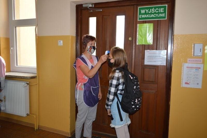 Edukacja w Kurzelowie w dobie koronawirusa. Nauczyciele w przyłbicach, rodzice nie wchodzą do szkoły