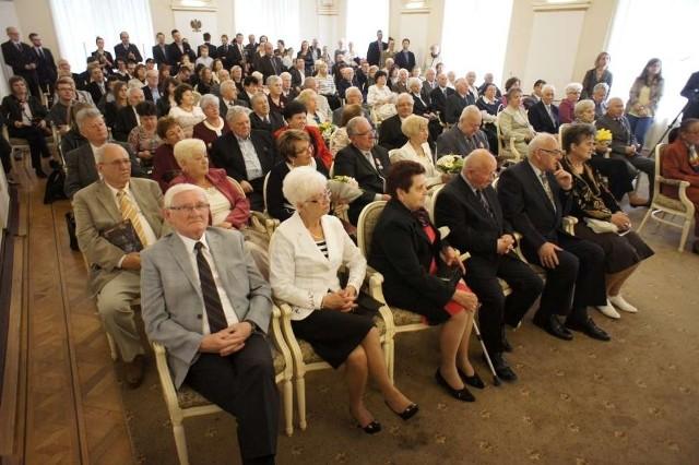 Uroczystość z udziałem jubilatów odbyła się wczoraj w Sali Białej. Parom małżeńskim towarzyszyli najbliżsi. Był czas na życzenia oraz chwilę wspomnień o wspólnie przeżytych latach