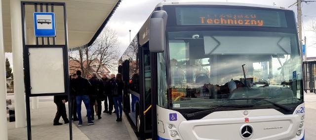 Testowy przejazd autobusu przez nowy dworzec w Niepołomicach