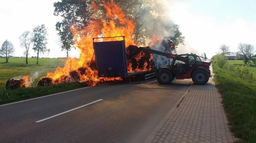 Pożar naczepy z sianem w Radziłowie zablokował drogę