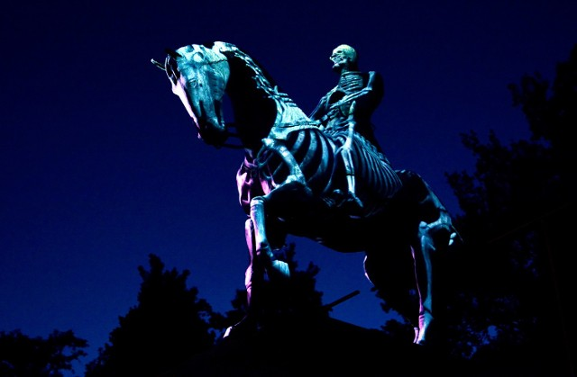 """Tak wyglądał pomnik J. Piłsudskiego podczas akcji """"Więcej światła!: Wywołanie. Na motywach projekcji Krzysztofa Wodiczki"""""""
