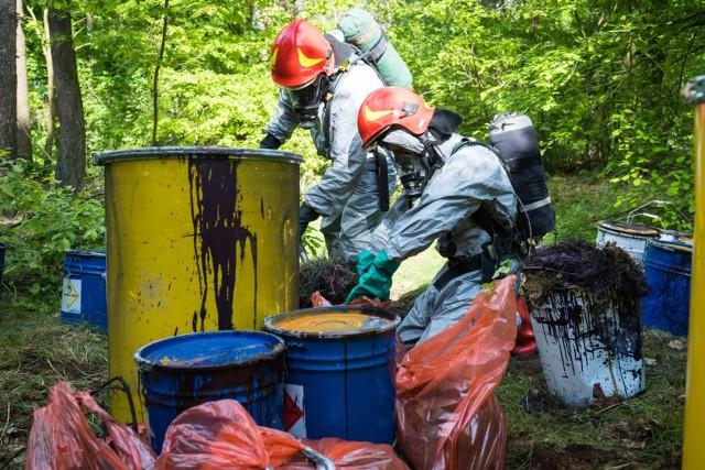 Na zdjęciach beczki znalezione w okolicach Buszkowa. Na miejsce zadysponowano Grupę Ratownictwa Chemicznego JRG