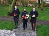 Inowrocław. Z okazji Święta Konstytucji 3 Maja radni PiS złożyli kwiaty pod kamieniem upamiętniającym Konfederatów Barskich. Zdjęcia