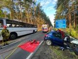 Samochód osobowy zderzył się z autobusem w powiecie nowotomyskim. Dwie osoby zostały ranne. Dzień wcześniej motocykl zderzył się z BMW