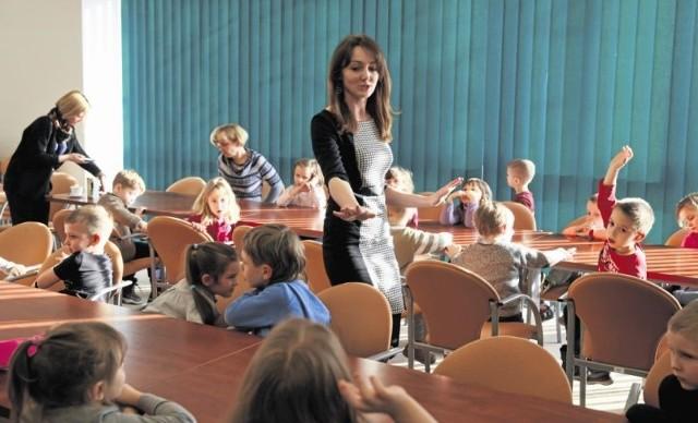 Anna Baranowska opowiadała maluchom z Tęczowego Przedszkola nr 12 w Białymstoku na czym polega praca dziennikarza