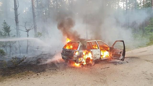 Dyżurny SKKM zadysponował jednostkę straży pożarnej z OSP Klepacze do płonącego auta w czwartek o godz. 17.50