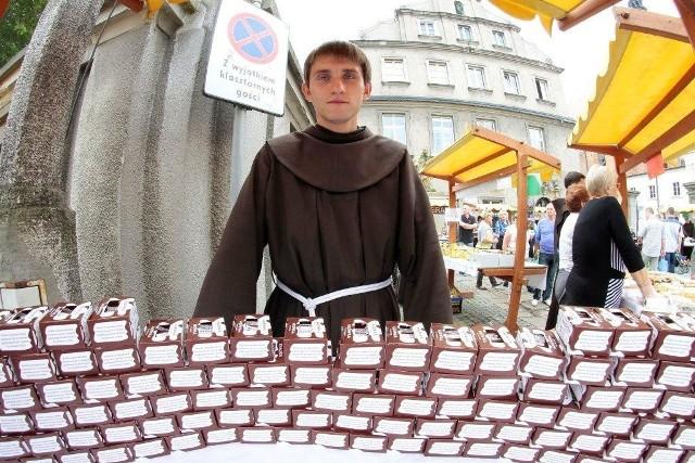 Franciszkanie sprzedają oczywiście kultowe już jarmarczne krówki.