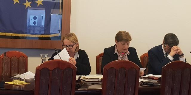 Podczas wtorkowych obrad Komisji Edukacji Rady Miejskiej Berenika Bardzka, dyrektor wydziału magistratu (w środku) odpowiedzialnego za oświatę, przyznała, że w przypadku PM nr 56 fuzja jest związana z brakiem dyrektora tej placówki.