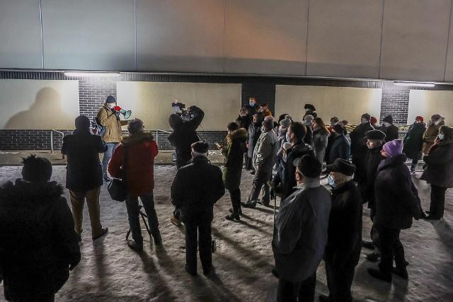 """Mieszkańcy Moreny nie ustają. Domagają się, by sąd doprowadził do odwołania reszty zarządu oraz rady nadzorczej spółdzielni mieszkaniowej LWSM """"Morena"""". W piątek, 5.02.2021 r. wieczorem spotkali się na deptaku przy markecie Biedronka na Morenie, przybyło kilkadziesiąt osób"""