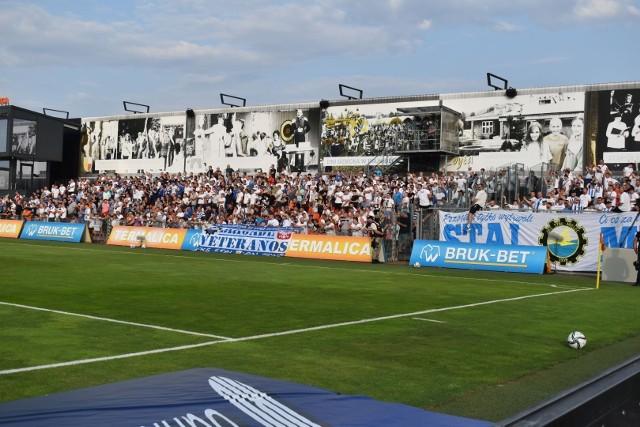 Stęsknieni sportu mieleccy kibice opanowali w piątek stadion w Niecieczy.