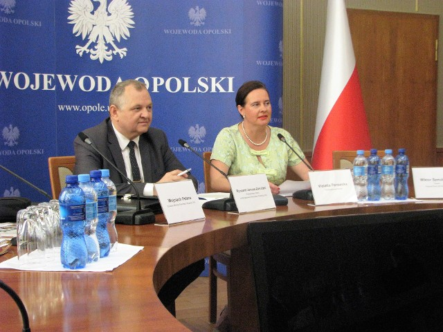 Wiceministrowi podczas konferencji prasowej towarzyszyła wicewojewoda opolski Wioletta Porowska.