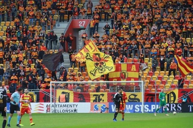 Jagiellonia przegrała w ekstraklasie z Koroną Kielce 1:3. Na boisku źle się działo, ale wierni kibice do końca wierzyli w swoich piłkarzy. Zobacz jak kibicowałeś na meczu Żółto-Czerwonych.