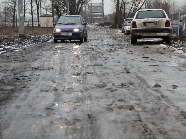 Mieszkańcy ulic Zawady, Chmielowej i Szyszkowej nie mogą doprosić się, by dojazd do ich domów został w końcu poprawiony. Urzędnicy przez kilka dni nie potrafili powiedzieć nam nic konkretnego.