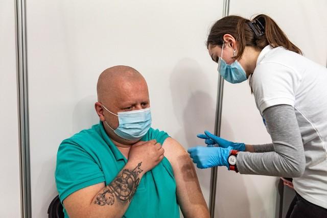 """Punkt szczepień masowych w Centrum Edukacyjno-Rekreacyjnym """"Solne Miasto"""" w Wieliczce rozpoczął działalność 4 maja. W tym samym dniu Wieliczka uruchomiła także specjalną, bezpłatną linię busową C19 dowożącą mieszkańców na szczepienia,"""