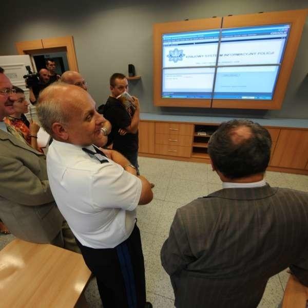Na monitorach można wyświetlać m.in. mapy, sieć dróg i torów kolejowych, czy obserwować ruch na autostradzie.