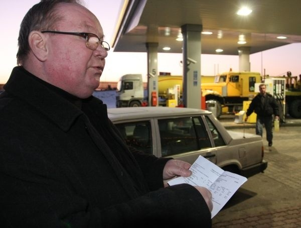 Zatankowałem jeden zbiornik po starej cenie 3,21 zł za litr - mówi Jerzy Dryl. - Miałem jeszcze drugi, 900-litrowy. Po tej nagłej podwyżce musiałbym zapłacić o 120 złotych więcej.
