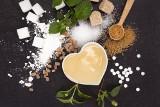 Czym zastąpić cukier? Ksylitol, stewia, erytrytol czy tagatoza? [PORADNIK]