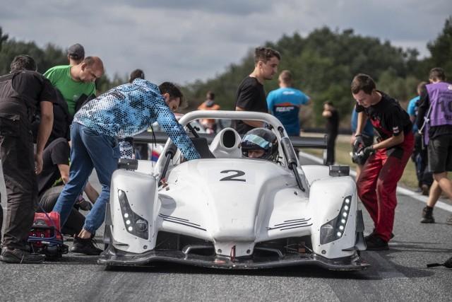 W piątek i sobotę na Torze Poznań odbywała się 3. i 4. runda Wyścigowych Samochodowych Mistrzostw Polski. W wielu klasach kierowcy toczyli pasjonujące pojedynki.Przejdź do kolejnego zdjęcia --->
