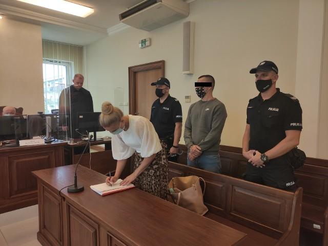 Od drugiego zatrzymania, Maciej D. jest tymczasowo aresztowany. Mimo wniosku obrony po ogłoszeniu wyroku, w środę sąd zdecydował o przedłużeniu stosowania tego środka zapobiegawczego