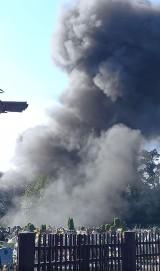 Pożar w Bytomiu. Ogień ogarnął samochody ciężarowe na parkingu. Kłęby gęstego czarnego dymu widać w okolicznych miastach