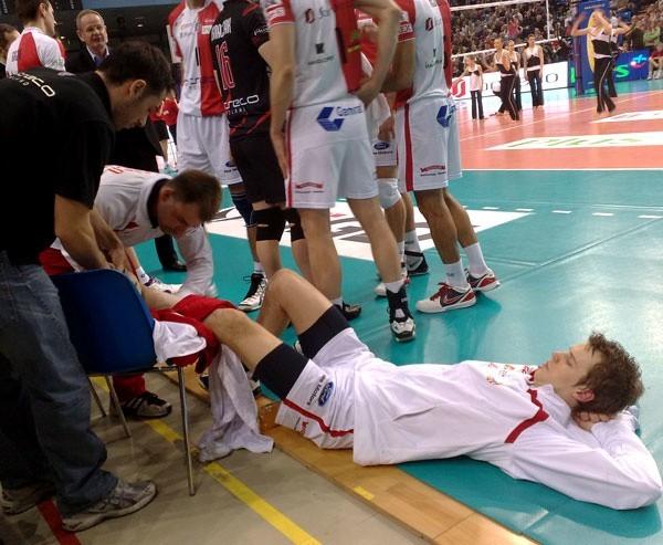 Fizjoterapeuta Resovii Jacek Rusin jako pierwszy udzielił pomocy poszkodowanemu Mikko Oivanenovi.