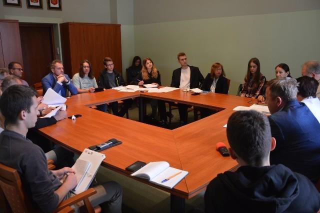 Na spotkaniu konsultacyjnym poruszono kilka kwestii związanych z utworzeniem Młodzieżowej Rady Miasta w Kielcach. Mówiono między innymi o terminie wyborów i liczbie młodzieżowych radnych.