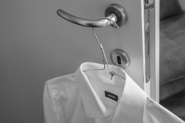 Nie musisz rezygnować z noszenia białych bluzek w obawie przed żółtymi plamami pod pachami, które powstają w wyniku pocenia się czy używania antyperspirantu. Te skuteczne, domowe sposoby usuną te uciążliwe zabrudzenia!
