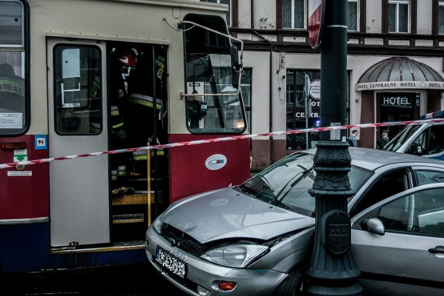 Do zderzenia samochodu osobowego z tramwajem doszło około godz. 15.00 na ul. Dworcowej przy skrzyżowaniu z Unii Lubelskiej w Bydgoszczy.