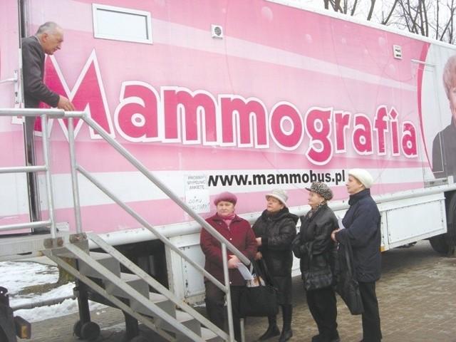 Przed mammobusem ustawiły się kolejki kobiet: - Bo najważniejsza jest profilaktyka - zgodnie przekonywały panie, które przyszły na badania.