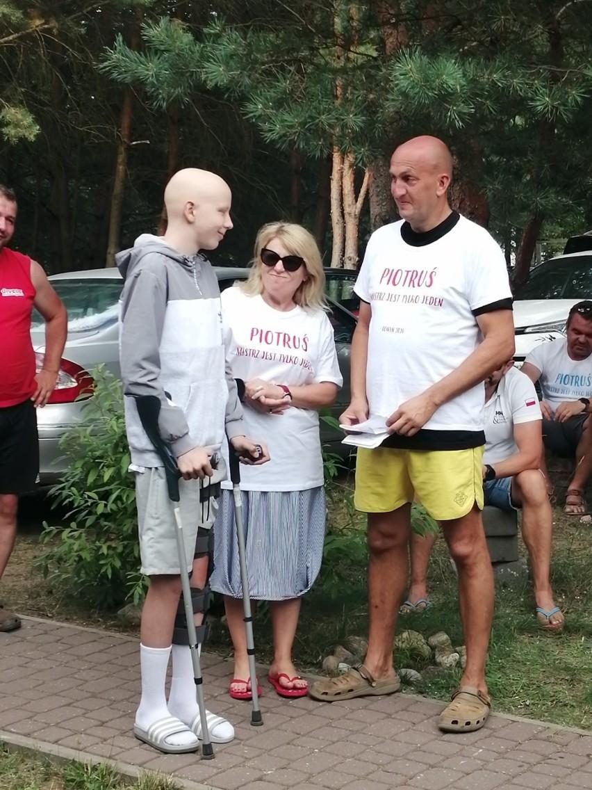Pamiątkowe zdjęcie uczestników i kibiców turnieju siatkówki...