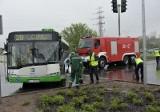 Ul. Branickiego. Wypadek autobusu BKM. Zderzenie z wozem bojowym straży pożarnej (zdjęcia, wideo)
