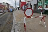 Przebudowa ulicy Gdańskiej w Tczewie uniemożliwiła pieszym swobodne przejście chodnikiem. Zdjęcia